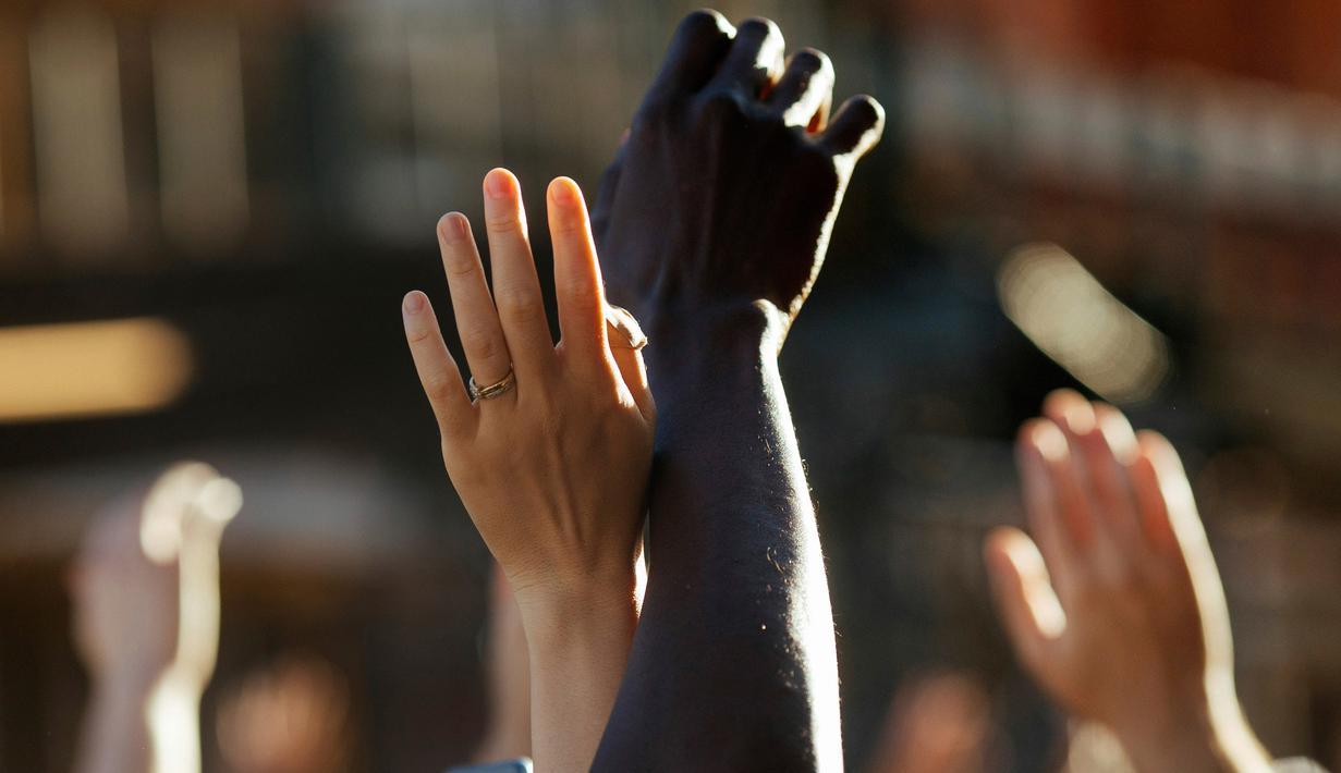 Demonstran mengangkat tangan ketika mereka tiba di Barclays Center di wilayah Brooklyn, New York (31/5/2020). Demonstran turun ke jalan-jalan di New York City memprotes kematian George Floyd pada (25/5) setelah dijepit di leher oleh seorang petugas kepolisian Minneapolis. (AP Photo/Kevin Hagen)