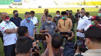 Menpora Zainudin amali saat meninjau Stadio Gelora Bangkalan untuk persiapan Piala Dunia U-20