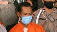 Pelaku tega perkosa anak kandung sendiri di Kota Malang. Polisi menjerat pelaku dengan ancaman hukuman 15 tahun penjara (Liputan6.com/Zainul Arifin)