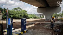Aktivitas pekerja di lahan yang dijadikan park and ride untuk stasiun MRT (Moda Raya Terpadu) Lebak Bulus, Jakarta, Selasa (20/3). Park and ride stasiun Lebak Bulus dibangun di eks lahan Polri yang berada di Jalan Ciputat Raya (Liputan6.com/Faizal Fanani)