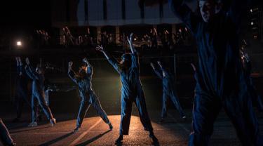 Penari mengambil bagian dalam 'RUSH' pertunjukan tari, cahaya, musik dan proyeksi dalam Festival Seni Visual Lightpool di situs bekas kantor polisi, Blackpool, Inggris (26/10). Pertunjukan ini diikuti lebih dari 100 penari. (AFP Photo/Oli Scarff)