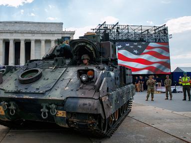 Seorang prajurit mengendarai kendaraan pengangkut lapis baja Bradley menuju Lincoln Memorial di Washington, Rabu (3/7/2019). Presiden Donald Trump berencana memamerkan Tank-tank tempur sebagai bagian dari perayaan Hari Kemerdekaan AS yang dikenal sebagai Fourth of July. (AP/Jacquelyn Martin)