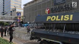 Kawat berduri mulai dipasang sebagai bagian dari pengamanan di kawasan Kantor Bawaslu, Jakarta, Selasa (21/5/2019). Personel TNI-Polri dari berbagai kesatuan disebar ke sejumlah titik dan objek vital guna membantu pengamanan Ibu Kota setelah penetapan hasil rekapitulasi suara KPU. (Liputan6.com/Joha