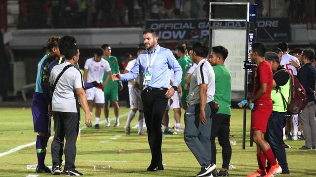 Pelatih Timnas Indonesia, Simon McMenemy, tampak kecewa usai dikalahkan Vietnam pada laga Kualifikasi Piala Dunia 2022 di Stadion Kapten I Wayan Dipta, Bali, Selasa (15/10). Indonesia kalah 1-3 dari Vietnam. (AFP/Aditya Wany)