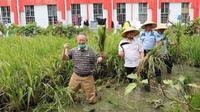 Terpidana kasus korupsi e-KTP Setya Novanto bersama mantan Wali Kota Bandung Dada Rosada menjalani rutinitas baru sebagai petani di Lembaga Pemasyarakatan (Lapas) Sukamiskin, Kota Bandung. (Foto: Instagram @lapas1sukamiskin)