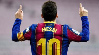 Striker Barcelona, Lionel Messi, melakukan selebrasi usai mencetak gol ke gawang Celta Vigo pada laga Liga Spanyol di Stadion Camp Nou, Minggu (16/5/2021). Barca takluk dengan skor 1-2. (AFP/Pau Barrena)
