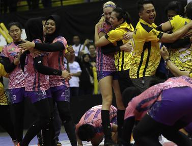 Para pevoli PGN Popsivo merayakan kemenangan atas Jakarta Pertamina Energi pada final Proliga 2019. (Bola.com/Yoppy Renato)