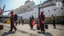 Sejumlah TKI Ilegal yang dipulangkan dari Malaysia setibanya di Pelabuhan Tanjung Priok, Jakarta, Jumat (12/6/2020). Sebanyak 436 TKI Ilegal tersebut nantinya akan dipulangkan ke daerah asalnya di 22 provinsi. (Liputan6.com/Faizal Fanani)