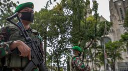 Anggota TNI bersenjata lengkap melakukan penjagaan di sekitar Gereja Katedral, Jakarta, Kamis (1/4/2021). Sebanyak 150 personel gabungan TNI, Polri dan Satpol PP melakukan pengamanan jelang rangkaian perayaan Hari Paskah di gereja tersebut. (Liputan6.com/Faizal Fanani)
