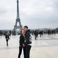 Al Ghazali dan Alyssa Daguise mesra di depan menara Eiffel. (Instagram/alyssadaguise)