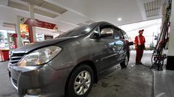 Seiring dengan terus melorotnya harga minyak dunia, pemerintah menurunkan harga bahan bakar minyak (BBM) bersubsidi jenis premium atau RON 88 dari Rp 8.500 menjadi Rp 7.600, mulai 1 Januari 2015, Jakarta, Kamis (1/1/2015). (Liputan6.com/Miftahul Hayat)