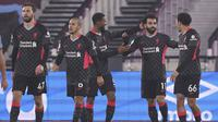 Para pemain Liverpool merayakan gol yang dicetak Mohamed Salah ke gawang West Ham United dalam laga pekan ke-21 Premier League, Senin (1/2/2021) dini hari WIB. Liverpool menang 3-1 dalam pertandingan ini. (John Walton/Pool via AP)