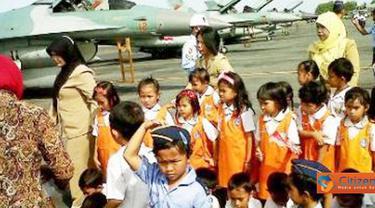 Citizen6, Kalimantan: Para murid TK Angkasa sangat antusias ketika berfoto dengan Pesawat F-16 di Lanud Syamsuddin Noor, Selasa (14/6). (Pengirim: Hendra)