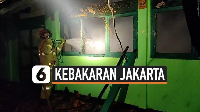 Kebakaran terjadi di kompleks SMK PB Soedirman, Jakarta Timur. 10 unit mobil oemadam kebakaran dikrahkan untuk memadamkan api di lokasi.