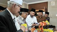 Dirut Bulog Budi Waseso menunjukkan bahan pokok milik Bulog kepada Ketua Umum PBNU Said Aqil Siroj dan Rais Aam PBNU KH Miftachul Akhyar saat peluncuran Rumah Pangan Santri di Gedung PBNU, Jakarta, Rabu (3/10). (Merdeka.com/Iqbal S. Nugroho)