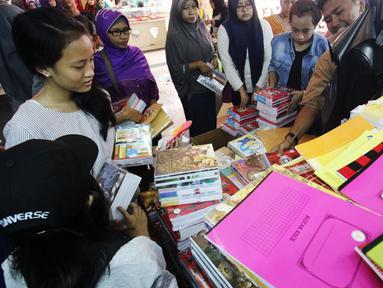 Sejumlah warga membeli buku di Pasar Kebayoran Lama, Jakarta, Rabu  (5/7). Menjelang tahun ajaran baru permintaan perlengkapan sekolah meningkat. (Liputan6.com/Angga Yuniar)