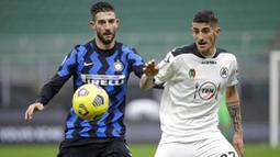 Gelandang Inter Milan, Roberto Gagliardini, berebut bola dengan pemain Spezia, Alessandro Deiola, pada laga Liga Italia di Stadion Giuseppe Meazza, Minggu (20/12/2020). Inter Milan menang dengan skor 2-1. (AP/Luca Bruno)