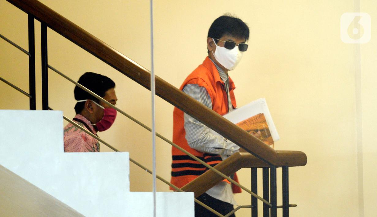 Bupati Solok Selatan nonaktif, Muzni Zakaria mengenakan kacamata dan masker akan menjalani pemeriksaan terkait kasus dugaan menerima suap proyek pembangunan infrastruktur Jembatan Ambayan dan Masjid Agung di Solok Selatan di Gedung KPK, Jakarta, Selasa (19/5/2020).  (merdeka.com/Dwi Narwoko)