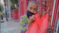 Nenek Penjual Mi Goreng Dagangannya Diborong, Warganet Ikut Terharu. foto: TikTok @ ariemadione