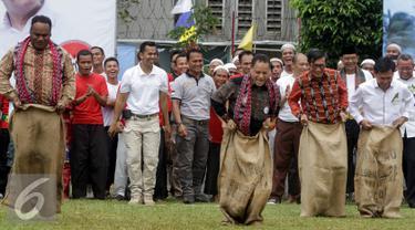 Menteri Hukum dan HAM Yasonna Laoly mengikuti lomba balap karung saat melakukan kunjungan ke Lapas Klas I Cipinang, Jakarta, Sabtu (20/8). Menkumham mengajak Para Duta besar berkunjung ke Cipinang dalam rangka Hari Kemerdekaan. (Liputan6.com/Johan Tallo)