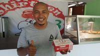 Mantan pemain PSS Sleman, Patrick Domal kini menggeluti usaha kuliner di kampung halamannya di Labuan Bajo, Manggarai Barat, Nusa Tenggara Timur (NTT). (Bola.com/Vincentius Atmaja)