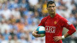 4. Cristiano Ronaldo - Harga jual Cristiano Ronaldo ke Real Madrid pada 2009 menjadikannya pemain termahal di dunia saat itu. Manchester United untung besar, tapi mereka kehilangan kualitas Ronaldo. (AFP/Paul Ellis)
