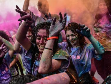 Keseruan Para Wanita Ikuti Color Sky Festival di Turki