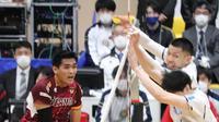 Rivan Nurmulki melancarkan smes saat Nagano Tridents menghadapi Panasonic Panthers dalam lanjutan V.League Division 1 Jepang, Minggu (29/11/2020). (foto: Instagram @melt_aya)