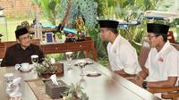 Presiden ketiga RI, BJ Habibie berbincang dengan Anies Baswedan dan Sandiaga Uno, Jakarta, Kamis (26/1). Anies dan Sandi mengaku berkunjung kepada Habibie untuk silaturahmi dan meminta doa restu. (Liputan6.com/Yoppy Renato)