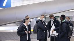 Para pemain Ludogorets mengenakan masker saat tiba di bandara Malpensa di Milan, Italia (26/2/2020). Mengantisipasi menularnya COVID-19, pertandingan antara Inter Milan dan Ludogorets  tanpa penonton. (Ludogorets FC via AP)