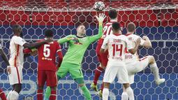 Kiper RB Leipzig, Peter Gulacsi, menepis bola saat melawan Liverpool pada laga Liga Champions di Puskas Arena, Kamis (11/3/2021). Liverpool menang dengan skor 2-0. (AP/Laszlo Balogh)