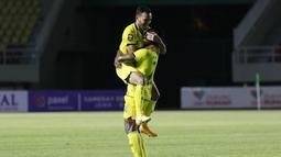 Bola ditembakkan langsung dengan kaki kirinya ke arah tiang jauh dan meluncur deras tanpa mampu dijangkau oleh kiper PSIS. Skor berubah 3-3 yang menghindarkan Barito Putera dari kekalahan. (Bola.com/M Iqbal Ichsan)