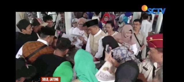Kunjungi deklarasi relawan Prabowo-Sandi (Padi), Prabowo bagi-bagi buku karyanya yang berjudul Pandangan Strategis Prabowo Subianto Paradoks Indonesia.