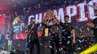 SFI Zet Hades merebut trofi turnamen Esports, Dunia Games Pro League (DGPL) Free Fire, di Dunia Games Stadium, Pluit, Penjaringan, Jakarta Utara, Sabtu (27/4/2019). (Bola.com/Muhammad Adiyaksa)