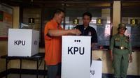 Seorang tahanan di Polres Malang saat mencoblos pada pemilu 2019 di TPS keliling (Liputan6.com/Zainul Arifin)