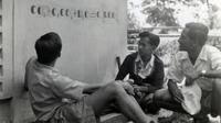 Presiden ke-3 RI BJ Habibie (tengah) berbincang dengan teman-temannya saat muda. Di usianya 4 tahun, Habibie sudah lancar membaca buku dengan berbagai macam tema. (Liputan6.com/The Habibie Center)