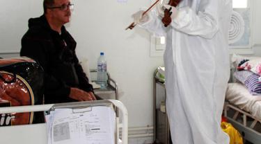 dr. Mohamed Salah Siala tak menyangka akan menggunakan kemampuannya bermain biola untuk menghibur pasien COVID-19 di rumah sakit di Tunisia.