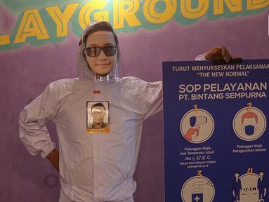 Karyawan lengkap dengan APD kenakan pelindung wajah atau face shield karakter di percetakan Bintang Sempurna, Bendungan Hilir, Jakarta, Selasa (23/6/2020). Face shield karakter tersebut dibuat dari bahan mika PCA anti fog untuk ukuran anak-anak hingga dewasa. (Liputan6.com/Fery Pradolo)
