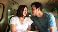 Ada-ada saja tingkah pasangan Darius Sinathrya dan Donna Agnesia saat liburan. (Instagram/@darius_sinathrya)