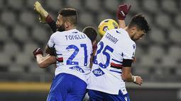 Pemain Sampdoria, Alex Ferrari dan Lorenzo Tonelli memalingkan wajah saat penyerang Torino Andrea Belotti mencoba tendangan akrobatik pada putaran kesembilan Liga Italia Serie A di stadion Olimpico Grande Torino, Senin (30/11/2020) . Torino vs Sampdoria berakhir 2-2. (Fabio Ferrari/LaPresse via AP)