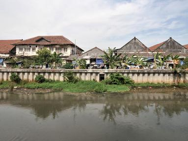 Pemukiman semipermanen berjejer di pinggir Kali Besar Timur, kawasan Kota Tua, Jakarta, Minggu (30/9). Kondisi kali yang berada di sisi timur Kota Tua ini sangat kontras dengan Kali Besar Barat. (Merdeka.com/Iqbal Nugroho)