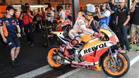 Pebalap Repsol Honda Team,  Marc Marquez keluar dari paddock saat sesi latihan bebas balapan San Marino Moto GP Grand Prix di Marco Simoncelli Circuit, Misano (9/9/2017). (AFP/Andreas Solaro)