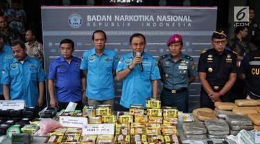 Kepala BNN Inspektur Jenderal Heru Winarko (ketiga kanan) memberikan keterangan saat konferensi pers pengungkapan 3 kasus tindak pidana narkotika di Gedung BNN, Jakarta, Jumat (1/2). (Liputan6.com/Faizal Fanani)