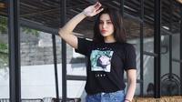 Gaya Kasual Nora Alexandra Kenakan Baju Berwarna Hitam. (Sumber: Instagram/ncdpapl)
