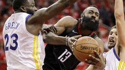 Aksi pemain Rockets, James Harden (tengah) melewati adangan pemain Warriors pada gim kelima final NBA basketball Wilayah Barat di Toyota Center, Houston, (24/5/2018). Houston menang 98-94. (AP/David J. Phillip)