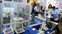 Pengunjung melihat produk yang di pamerankan dalam ajang pameran niaga bahan baku farmasi dan pangan fungsional terkemuka se-Asia Tenggara di JIEXPO, Jakarta, Rabu (22/3). (Liputan6.com/Angga Yuniar)