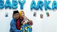 Ridwan Kamil dan Atalia berpose bersama bayi Arka. (dok. Instagram @ataliapr/https://www.instagram.com/p/CDNIkMiHpNz/Dinny Mutiah)