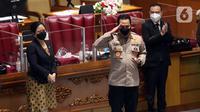 Calon Kapolri Komjen Pol Listyo Sigit Prabowo (tengah) memberi hormat disaksikan Ketua DPR Puan Maharani usai Sidang Paripurna di Kompleks Parlemen, Jakarta, Kamis (21/1/2020). DPR menyepakati penetapan Listyo sebagai Kapolri setelah melalui uji kepatutan dan kelayakan. (Liputan6.com/Angga Yuniar)