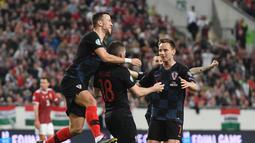Perayaan gol Ante Rebic pada laga kedua babak kualifikasi Piala Eropa 2020 Grup E yang berlangsung di Stadion Groupama Arena, Budapest, Senin (25/3). Kroasia kalah 1-2 kontra Hungaria. (AFP/Attila Kisbenedek)