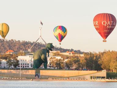 Sejumlah balon udara terlihat mengudara di langit Canberra selama festival tahunan Canberra Balloon Spectacular di Australia, Kamis (12/3/2020). Festival yang berlangsung selama sembilan hari ini menghadirkan lebih dari 30 balon udara dari seluruh dunia. (Xinhua/Liu Changchang)